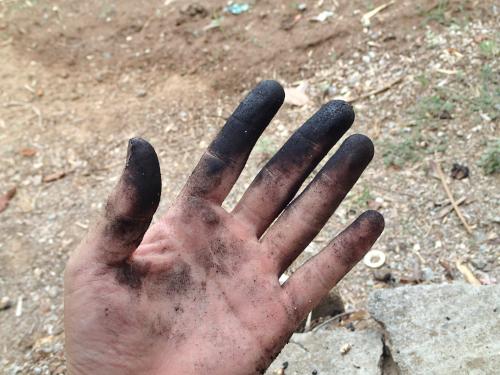 炭で汚れた手