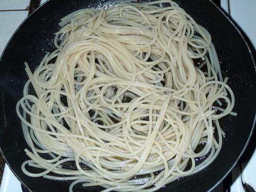 スパゲッティを和える