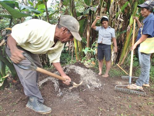 有機肥料を作る村人
