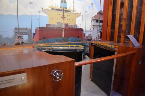 パナマ運河の閘門のミニチュア