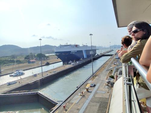 身を乗り出してパナマ運河を見る観光客