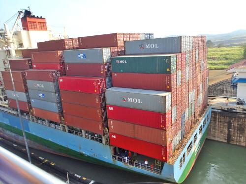 パナマ運河を通過する巨大タンカー