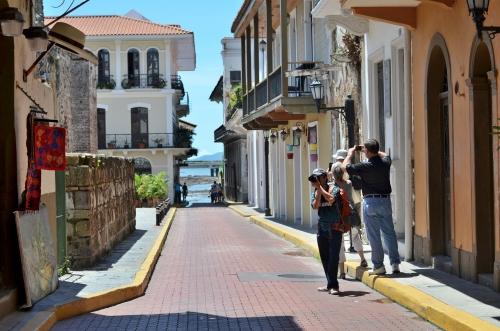 パナマのカスコビエホの街並みとカメラマン