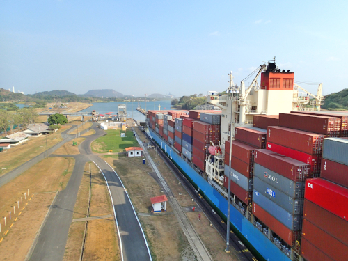 パナマ運河を通り過ぎるパナマックス船