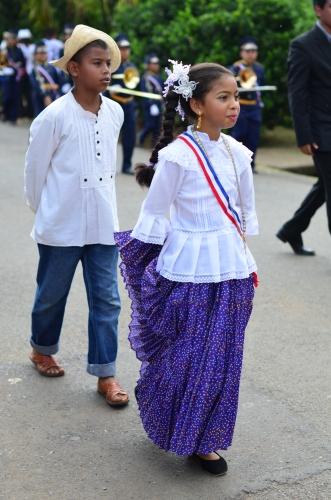 伝統衣装を着たパナマ人の少年と少女