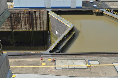 パナマ運河ミラフローレス閘門の水門