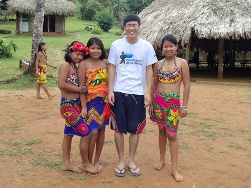エンベラ族の少女と記念撮影