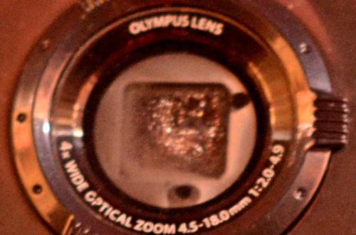 デジタルカメラのレンズに水滴がついている