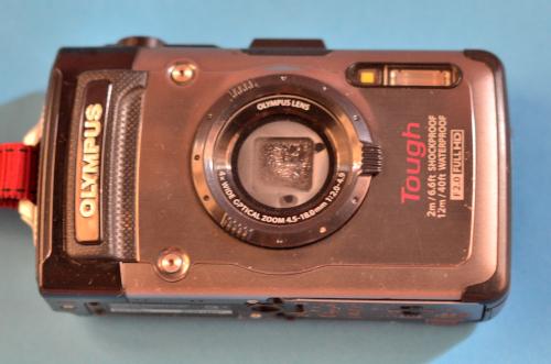 レンズが水没した防水デジタルカメラ