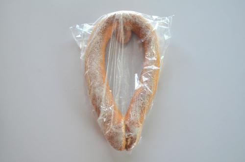 袋に入った女性のパン