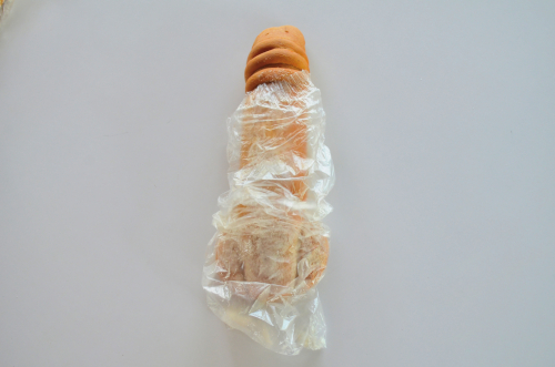 男性のパンを袋から出す
