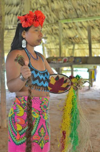 伝統的な染物について説明するエンベラ族の女性