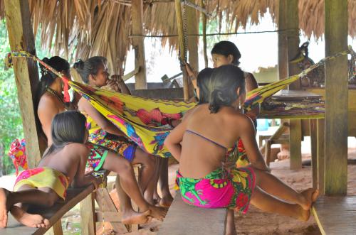 くつろぐエンベラ族女性たち