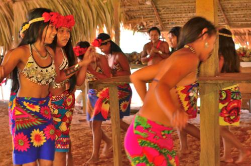 エンベラ族の舞い