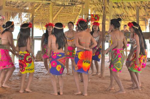 丸くなって踊る女性たち
