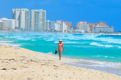 美女とビーチ