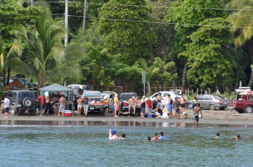 ビーチでくつろぐパナマ人家族