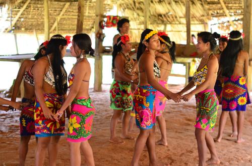 二人一組で踊るエンベラ族