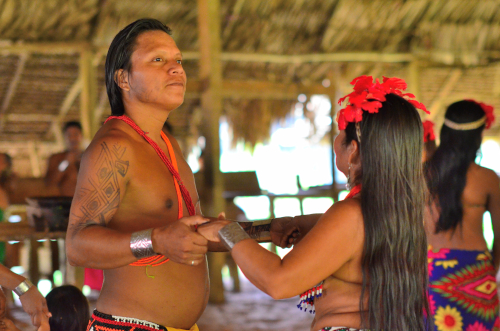 目線を合わさないエンベラ族のダンス