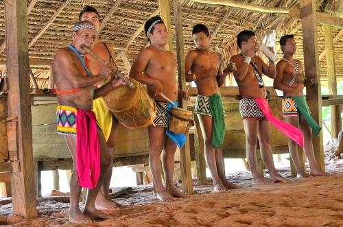 楽器を演奏するエンベラ族の男性たち