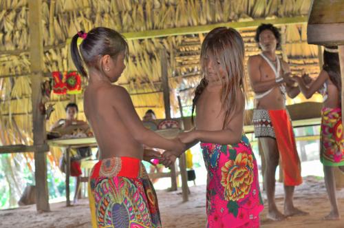 ダンスを踊るエンベラ族の子供