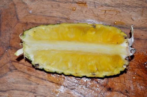 切れ目をいれたパイナップル
