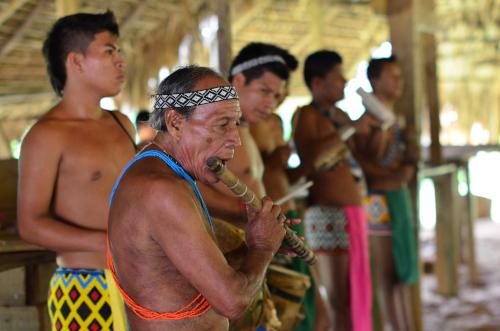 笛を吹くエンベラ族の長老