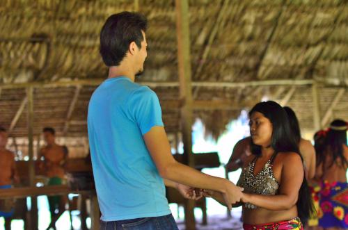 観光客も一緒に踊る