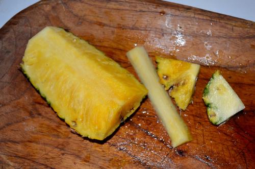 パイナップルの芯を切る方法