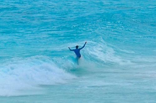 カンクンでサーフィンする人