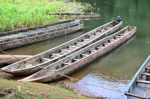 伝統的な船にモーターがついている