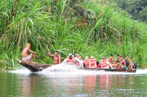 観光客を乗せたエンベラ族の船