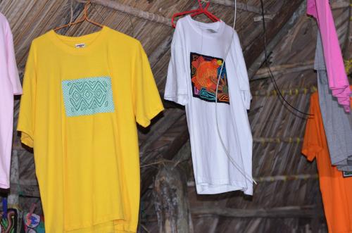 モラ柄ののTシャツ