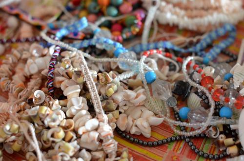 貝でできたネックレス
