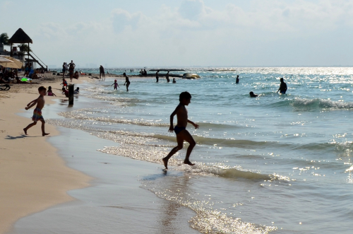 波で遊ぶ子供