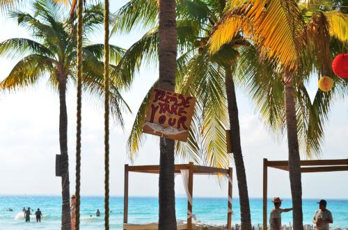 トップレスビーチの看板