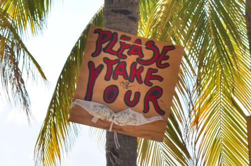 ヌーディストビーチの看板