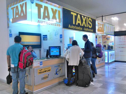 メキシコシティの空港のタクシー窓口