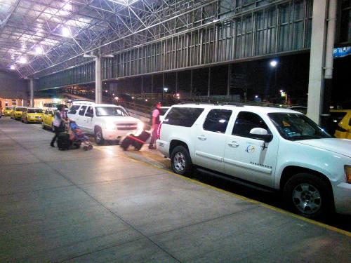 空港専門タクシー待ち