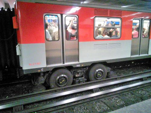 メキシコシティのタイヤ式の地下鉄