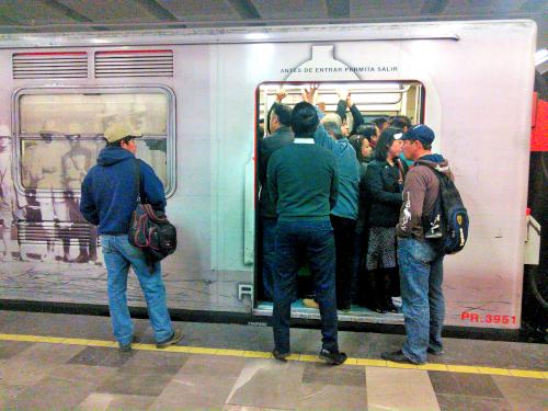 メキシコシティの満員の地下鉄