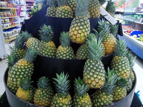 スーパーの果物売り場のパイナップル