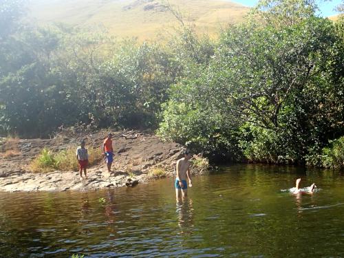 川で子供と遊ぶ