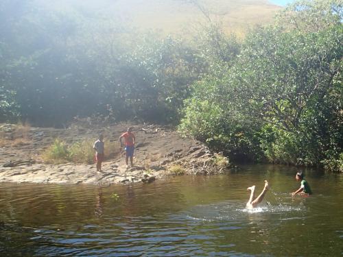 川で逆立ちする