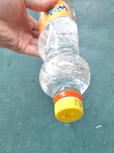 ペットボトルのキャップから水が出る