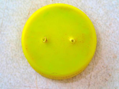 ペットボトルのキャップに2個の穴を開ける