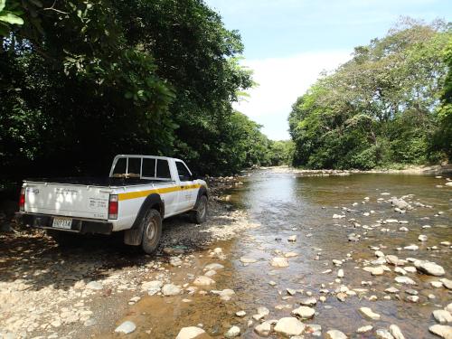 川を渡る車