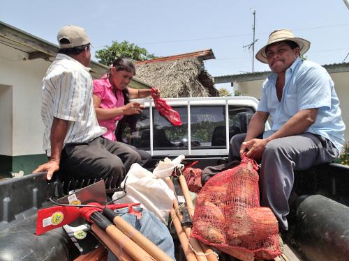 荷台に乗る村人