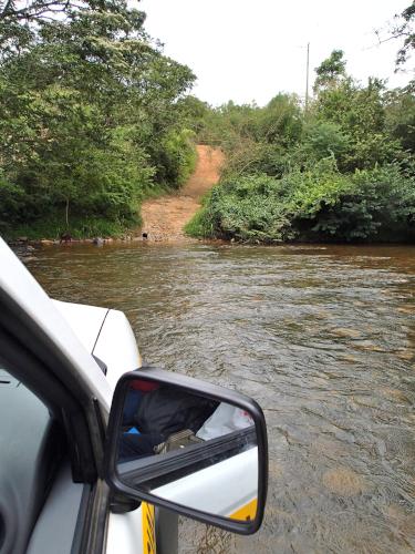 川を車で渡る