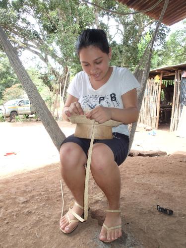 パナマハットを作る女性